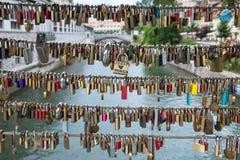 Liebesverschlüsse auf Butcher& x27; s-Brücke und dreifache Brücke in Ljubljana, c Lizenzfreies Stockbild