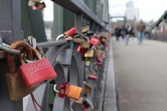 Liebesverschlüsse auf einer Brücke Lizenzfreie Stockfotografie