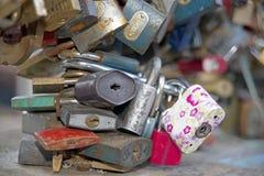 Liebesverschlüsse an der Brücke Prag lizenzfreie stockfotografie