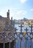 Liebesverschlüsse hängen von an Charles Bridge in Prag Lizenzfreie Stockfotografie