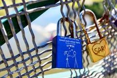 Liebesverschlüsse hakten bis zu Adelaide University Bridge Lizenzfreie Stockfotografie