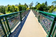 Liebesverschlüsse hakten bis zu Adelaide University Bridge Lizenzfreies Stockfoto