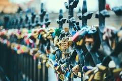 Liebesverschlüsse in Prag stockfotos