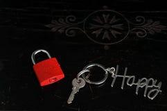 Liebesverschluß und -schlüssel mit glücklichem Schlüsselanhänger Stockbild