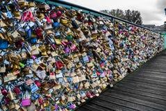 Liebesvorhängeschlösser auf der Brücke Pont des Arts Lizenzfreie Stockfotos