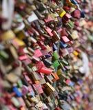 Liebesvorhängeschlösser auf der Hohenzollern-Brücke Stockbilder