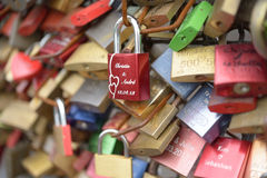 Liebesvorhängeschlösser auf der Hohenzollern-Brücke Lizenzfreies Stockfoto