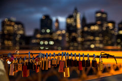 Liebesvorhängeschlösser mit Stadt als Hintergrund Lizenzfreie Stockfotos