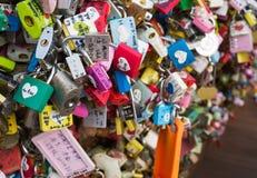 Liebesvorhängeschlösser an Turm N Seoul Stockfotos