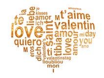 Liebeswörter in einem goldenen Herzen Stockbild