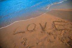 Liebeszeichen auf Strand lizenzfreie stockbilder