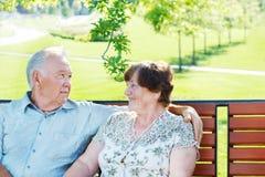 Liebevolle ältere Paare lizenzfreie stockfotos