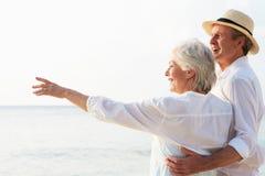 Liebevolle ältere Paare auf tropischem Strandurlaub Stockfotos