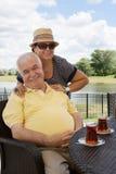 Liebevolle ältere Paare, die Getränke haben stockbild