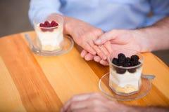 Liebevolle ältere Paare, die im Café stillstehen lizenzfreie stockfotografie