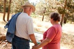 Liebevolle ältere Paare draußen Lizenzfreie Stockbilder
