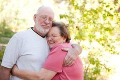 Liebevolle ältere Paare draußen Lizenzfreie Stockfotografie