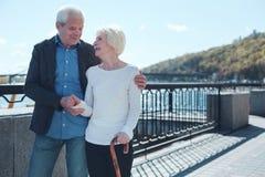 Liebevolle ältere umfassende Paare beim zusammen promenieren lizenzfreie stockbilder