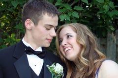 Liebevolle Abschlussball-Paare Lizenzfreie Stockfotos