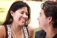 Liebevolle attraktive hispanische Paare am Park stockfoto