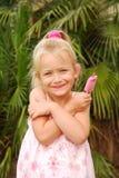 Liebevolle Eiscreme des Kindes Stockfoto