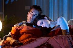 Liebevolle entspannende Paare stockbild