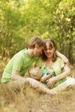 Liebevolle Familie in der Sommernatur Lizenzfreies Stockbild