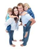 Liebevolle Familie, die piggyback Fahrt genießt stockfotografie