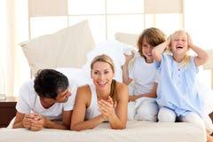 Liebevolle Familie, die Spaß zusammen hat lizenzfreie stockfotografie