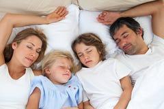 Liebevolle Familie, die zusammen schläft Lizenzfreie Stockbilder