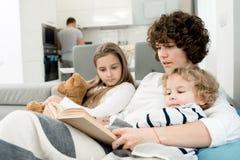 Liebevolle Familie, die zusammen Wochenende genießt lizenzfreie stockfotografie