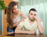 Liebevolle Frau, die um Verzeihen vom Mann bittet Lizenzfreie Stockfotografie