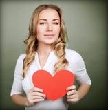 Liebevolle Frau mit rotem Herzen Lizenzfreies Stockfoto