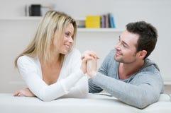Liebevolle Geste der jungen Paare lizenzfreies stockbild