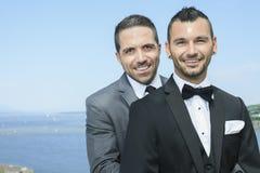 Liebevolle homosexuelle männliche Paare an ihrem Hochzeitstag Stockfotografie