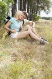 Liebevolle junge entspannende Paare beim Wandern im Wald Stockbild