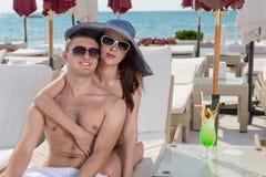 Liebevolle junge Paare, die Sommerferien genießen Stockfotografie