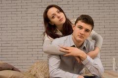 Liebevolle junge Paare in einer vertrauten Umarmung Lizenzfreie Stockfotografie