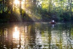 Liebevolle junge Paare im Boot am See, der romantische Zeit hat Stockfotos