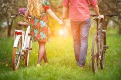 Liebevolle junge Paare mit Fahrrädern Lizenzfreies Stockbild