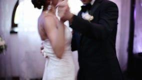 Liebevolle Jungvermähltenpaare, die den ersten Tanz an der Hochzeit tanzen stock footage
