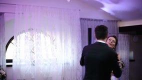 Liebevolle Jungvermähltenpaare, die den ersten Tanz an der Hochzeit tanzen stock video