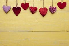 Liebevolle Karte mit den roten und gelben Herzen, Kopien-Raum Stockfotografie
