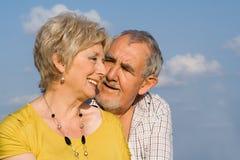Liebevolle ältere Paare Lizenzfreies Stockfoto