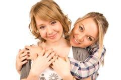 Liebevolle Mädchen in der vertrauten Umarmung Lizenzfreie Stockfotos