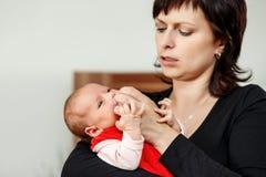 Liebevolle Mutter, die ihr Baby umfasst Lizenzfreies Stockfoto