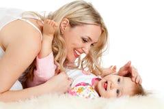 Liebevolle Mutter, die mit ihrem Schätzchen spielt; Stockbild