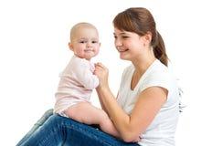 Liebevolle Mutter, die Spaß mit ihrem Baby hat lizenzfreie stockfotografie