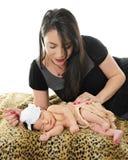 Liebevolle Mutter mit neugeborenem Stockfotos