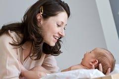 Liebevolle Mutter mit Schätzchen Stockfotos